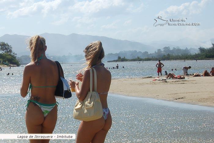 Gatas Peando De Biquini Na Praia