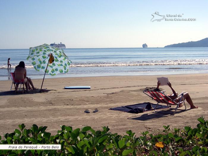 Perequê, uma mulher lendo um bom livro, outras descansando em baixo do guarda sol, ao fundo uma praia tranquila e ainda para completar este cenário, um transatlântico parado na orla desta bela praia catarinense.