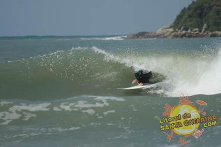 Fotografia do surfista pegando um tubo - Foto: Flávio Fernandes - LitoraldeSantaCatarina.com