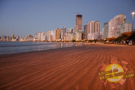 Foto da praia central de Balneário Camboriú