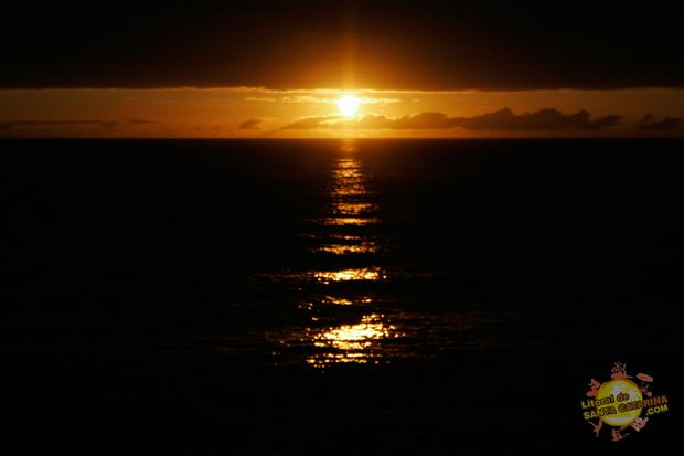 Mascer do sol na praia do estaleiro em Balneário Camboriú, Santa Catarina, Brasil.