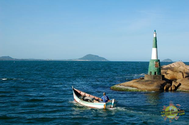 Barco de pesca saindo da praia da barra da lagoa Floripa em direção ao mar aberto - Foto: Flávio Fernandes - LitoraldeSantaCatarina.com