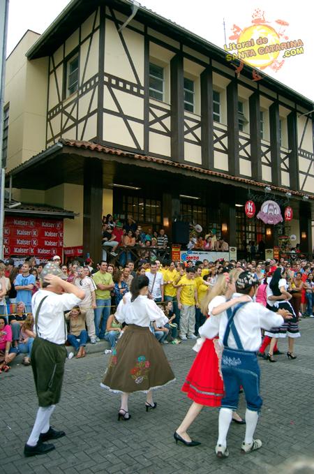 Oktoberfest Desfile no centro de Blumenau