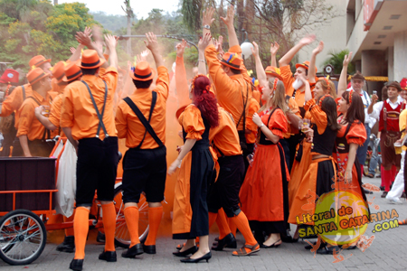 Pessoas se divertindo no desfile da Oktoberfest Blumenau SC