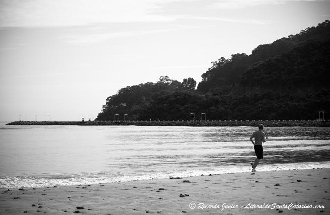 Rapaz correndo na praia de Balneário Camboriú - Foto: Ricardo Junior - LitoraldeSantaCatarina.com