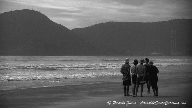 Senhores conversando as areias da Praia Central de Balneário Camboriú - Foto: Ricardo Junior - LitoraldeSantaCatarina.com