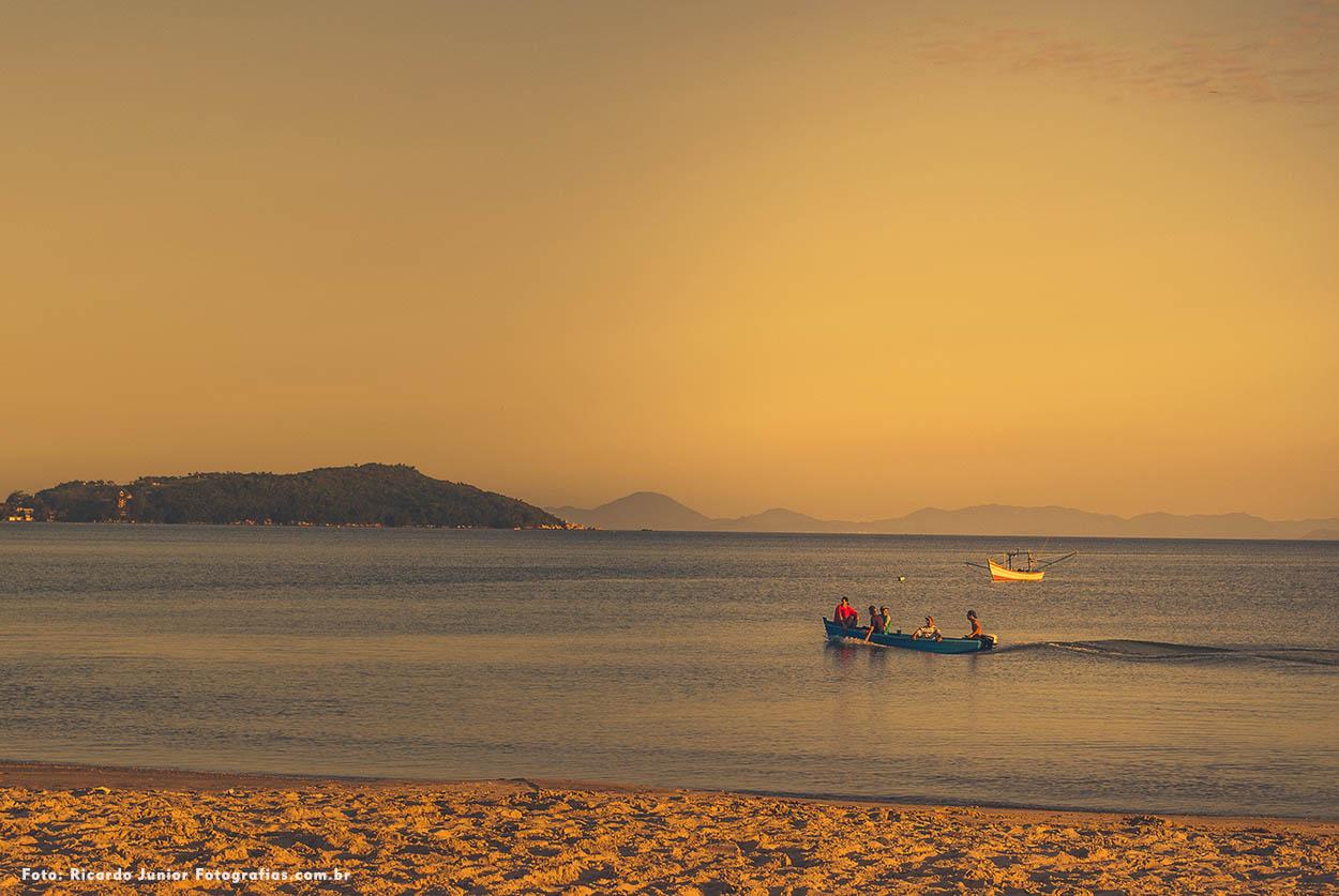 Barquinho de pescador e o mar tranquilo da praia de zimbros em Bombinhas – Fotos de Ricardo Junior / www.ricardojuniorfotografias.com.br