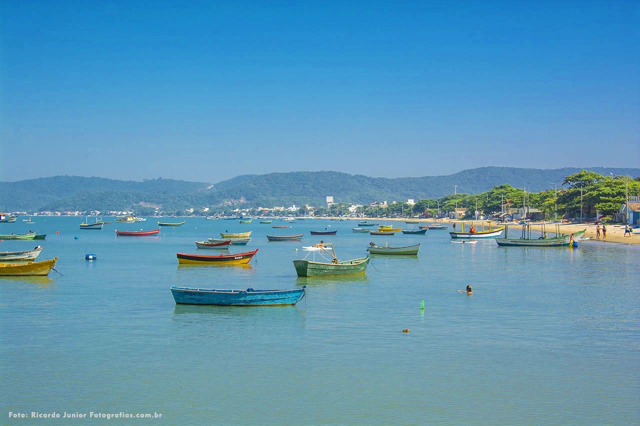 Foto da orla e barquinhos de pescadores na Praia de Canto Grande em Santa Catarina – Fotos de Ricardo Junior / www.ricardojuniorfotografias.com.br