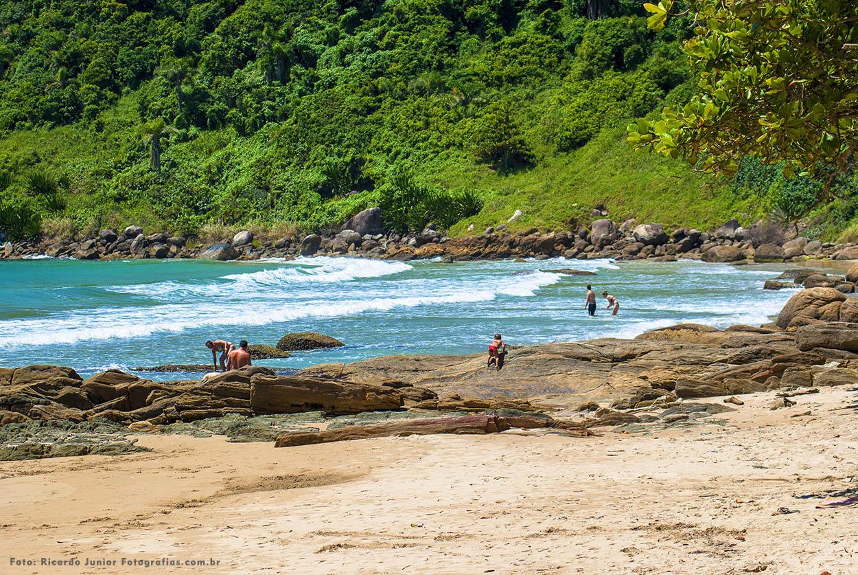 Foto da orla da praia do retiro dos padres em Bombinhas – Fotos de Ricardo Junior / www.ricardojuniorfotografias.com.br