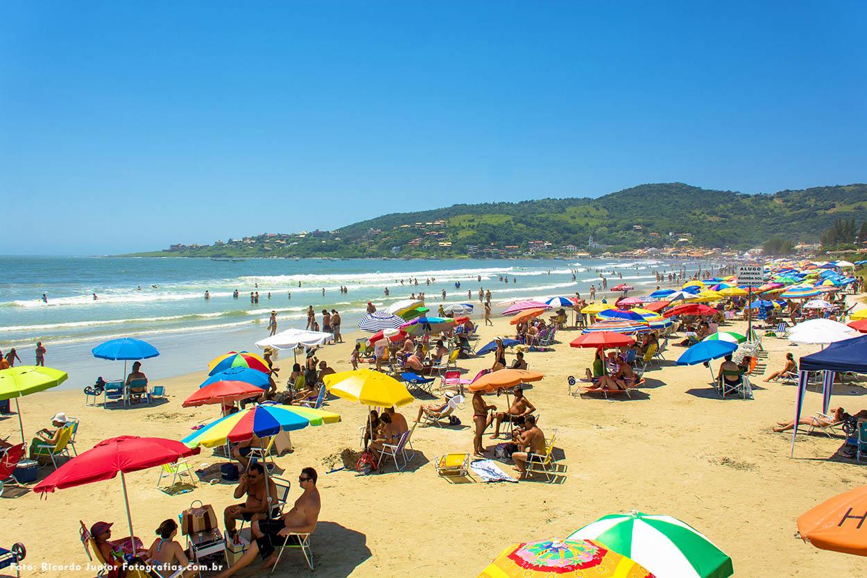 Praia Central em Garopaba – Foto de Ricardo Junior / www.ricardojuniorfotografias.com.br