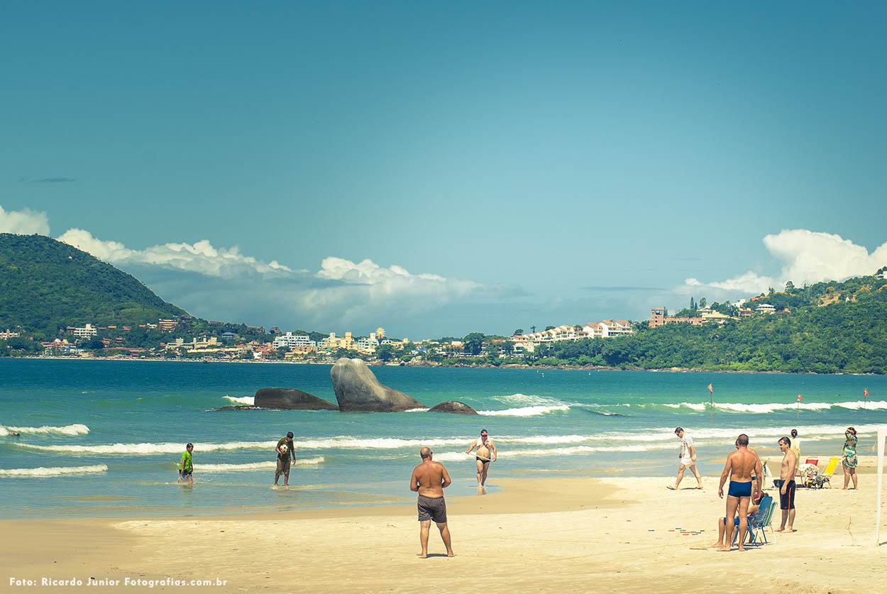 Foto de pessoas na praia linda de bombas em Bombinhas – Fotos de Ricardo Junior / www.ricardojuniorfotografias.com.br