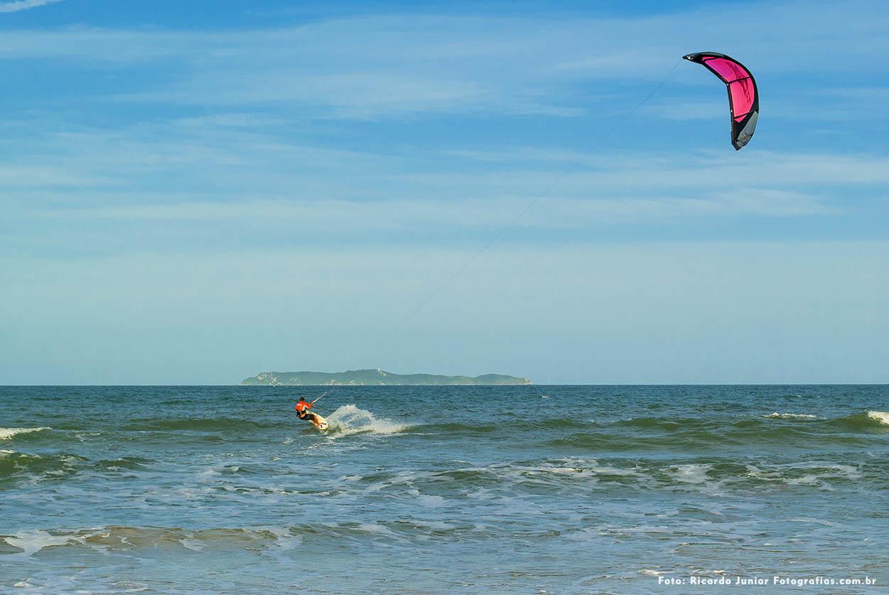 Foto kitesurf na praia de mariscal em Bombinhas – Fotos de Ricardo Junior / www.ricardojuniorfotografias.com.br