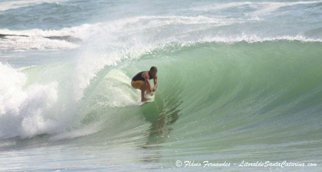 Foto surfista pegando um tudo nas praia de Balneário Camboriú - Foto Flávio Fernandes