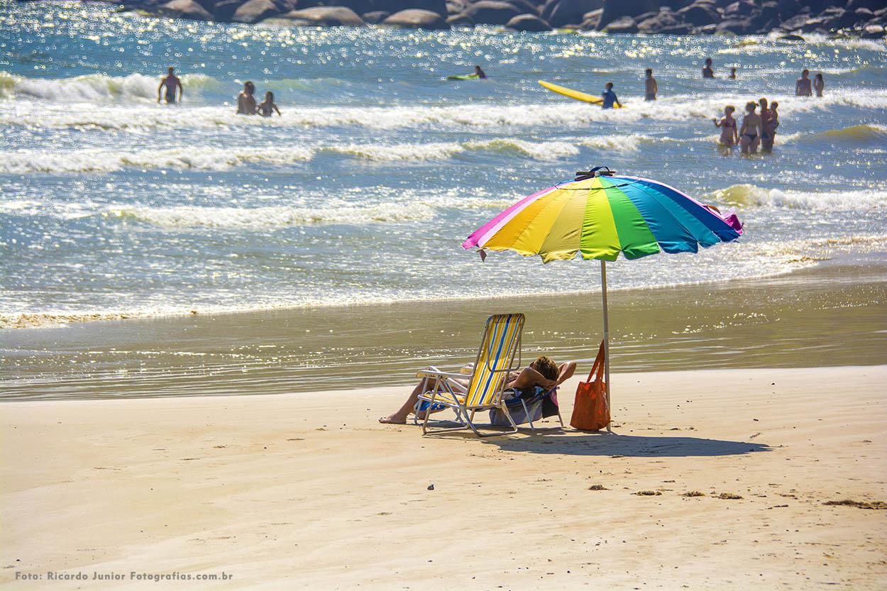 Foto turistas tomando um sol na praia da conceição em Bombinhas – Fotos de Ricardo Junior / www.ricardojuniorfotografias.com.br