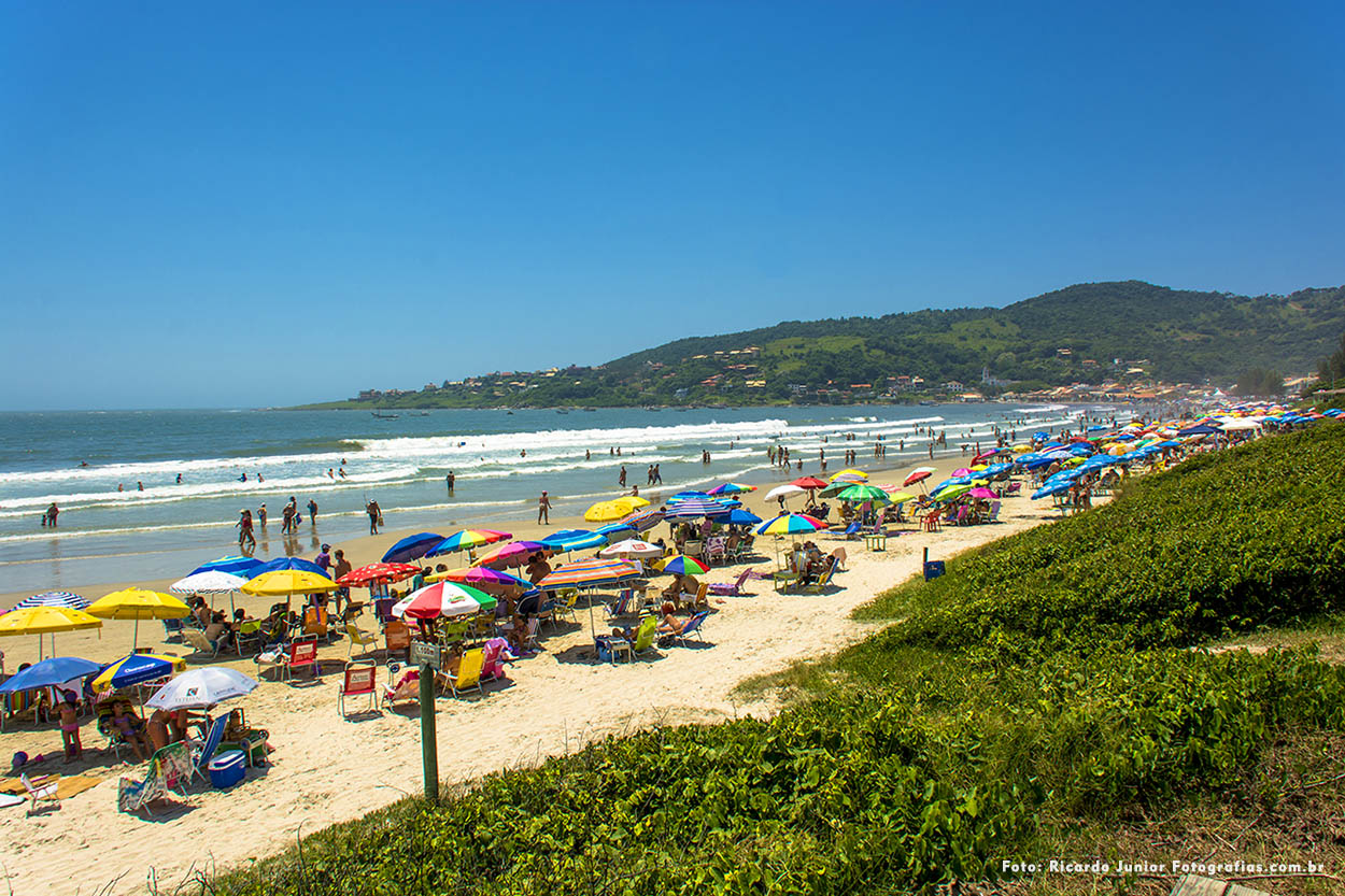 Fotografia da orla da praia de Garopaba – Fotos de Ricardo Junior / www.ricardojuniorfotografias.com.br