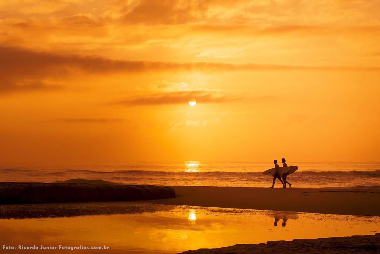 Narcer do sol e surfista caminhando na praia dos amores em Balneário Camboriú – Fotos de Ricardo Junior / www.ricardojuniorfotografias.com.br