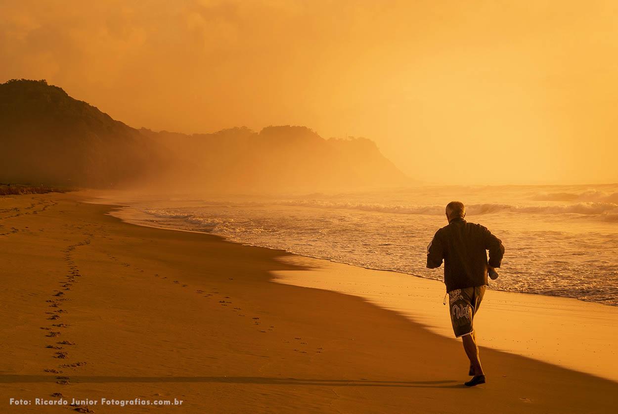Pessoa correndo nas areias da praia brava – Fotos de Ricardo Junior / www.ricardojuniorfotografias.com.br