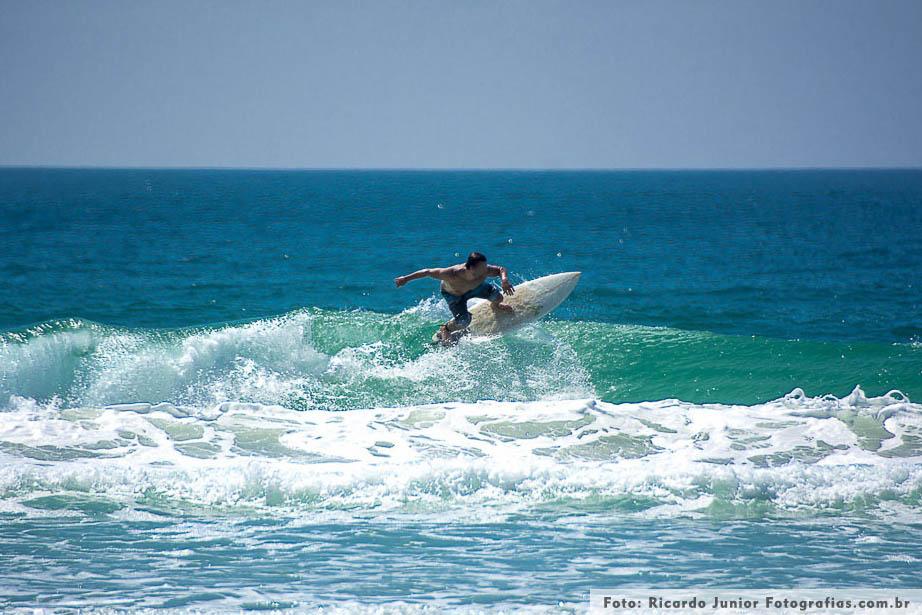 Surf na praia de mariscal em Bombinhas – Fotos de Ricardo Junior / www.ricardojuniorfotografias.com.br
